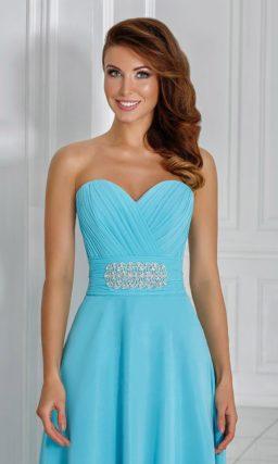 Элегантное вечернее платье с открытым декольте и широким поясом с вышивкой.