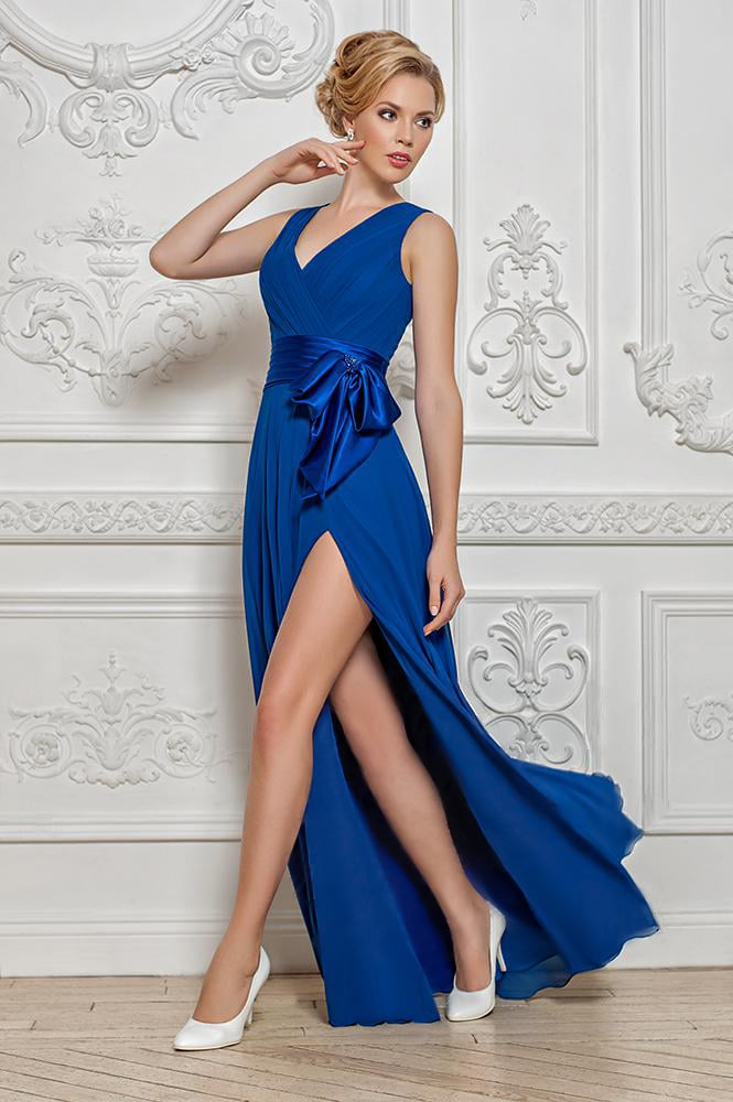 Синее вечернее платье с V-образным вырезом и прямой юбкой с разрезом.