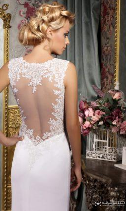 Прямое свадебное платье с соблазнительным разрезом сбоку по подолу.