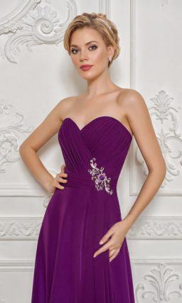 Открытое вечернее платье фиолетового цвета с лифом в форме сердца и драпировками.