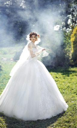 Чарующее свадебное платье пышного силуэта с кружевной отделкой по лифу и середине подола.