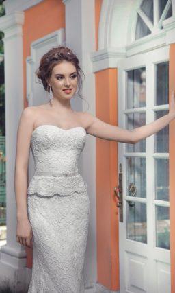 Открытое свадебное платье с кружевной отделкой и небольшой баской на талии.