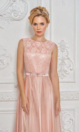 Сияющее вечернее платье персикового цвета с закрытым кружевным верхом.
