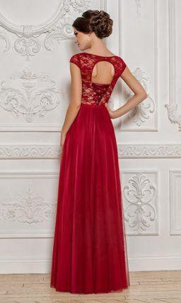 Прямое вечернее платье с кружевным верхом и прямой многослойной юбкой.