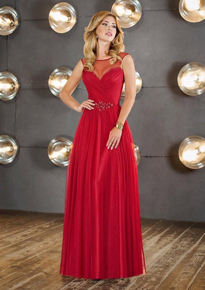Женственное вечернее платье красного цвета с тонкой вставкой над декольте.