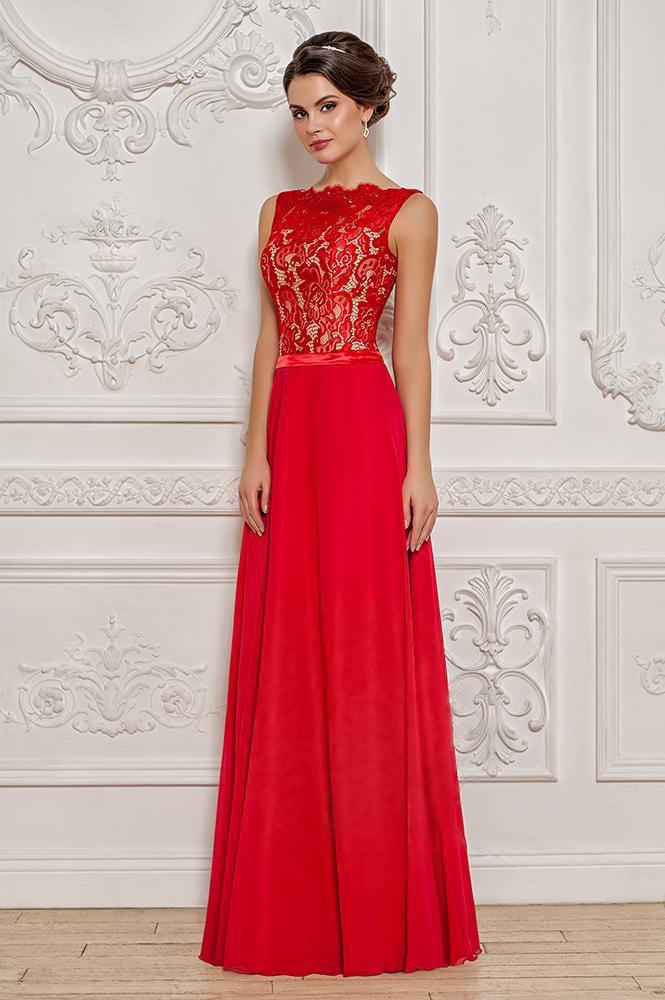Красное вечернее платье прямого кроя с узким атласным поясом и кружевным верхом.