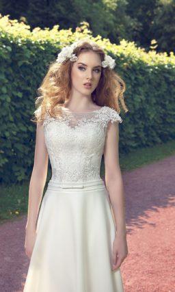 Свадебное платье с атласной юбкой «трапеция», изящным поясом и облегающим верхом.
