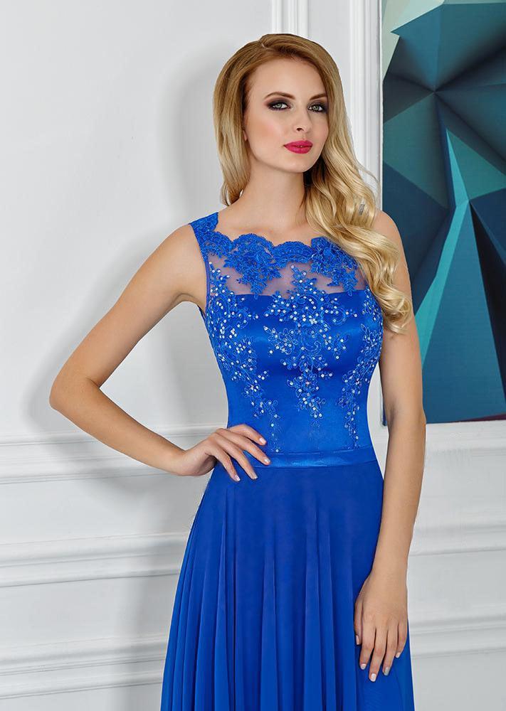 Прямое вечернее платье с высоким разрезом по подолу и фигурным вырезом на лифе.