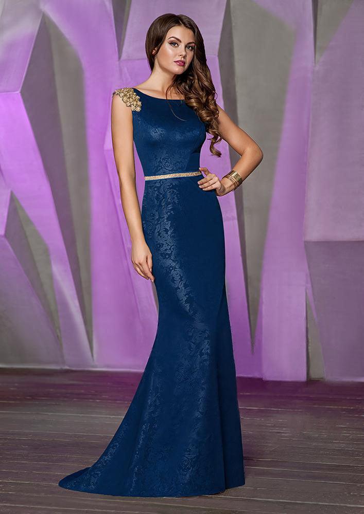 Прямое вечернее платье с золотистой вышивкой на плечах и глубоким вырезом сзади.