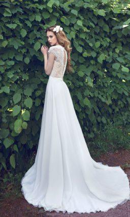 Лаконичное свадебное платье с роскошным полукругом шлейфа и верхом на бежевой подкладке.
