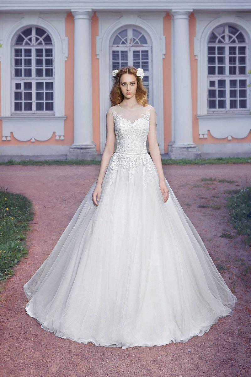 Свадебное платье с узким атласным поясом и плотным слоем кружевных аппликаций по корсету.