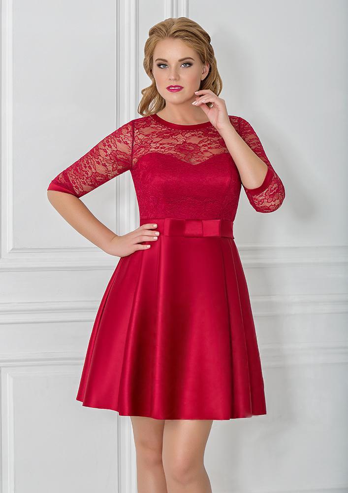 Короткое вечернее платье с закрытым верхом, оформленным кружевной тканью.