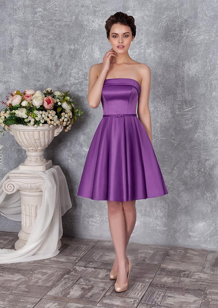 Лаконичное вечернее платье из атласной ткани, с лифом прямого кроя.