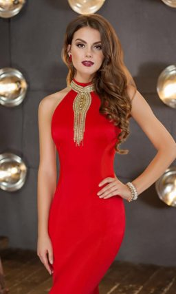 Соблазнительное вечернее платье в пол красного цвета, облегающее фигуру.