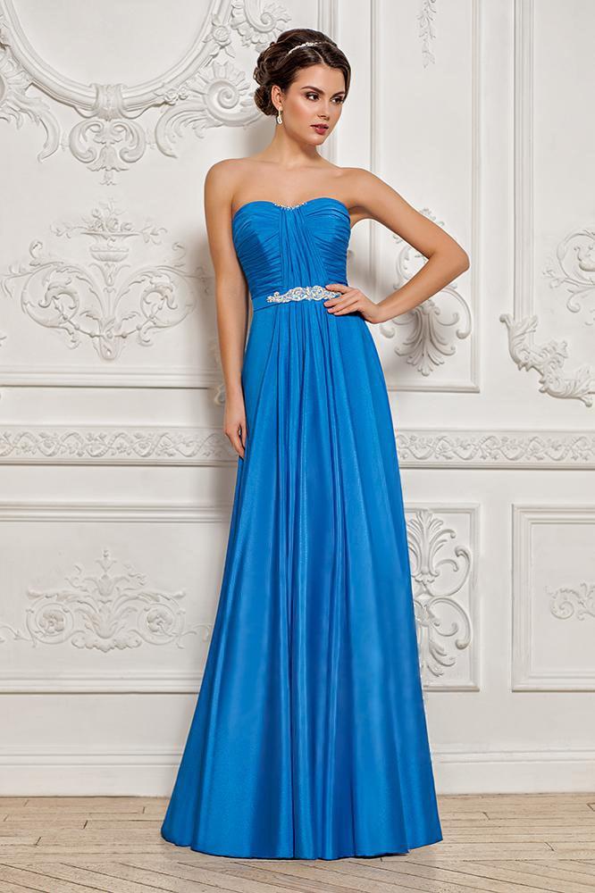 Деликатное вечернее платье из глянцевой голубой ткани, декорированной драпировками.