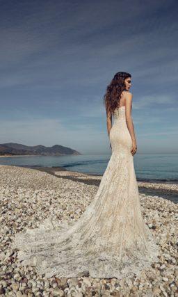 Золотистое свадебное платье с открытым лифом в форме сердца и кружевным декором.