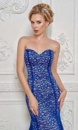 Облегающее вечернее платье с кружевным декором и открытым декольте в форме сердца.