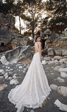 Кружевное свадебное платье с бежевой подкладкой и открытым лифом в форме сердца.