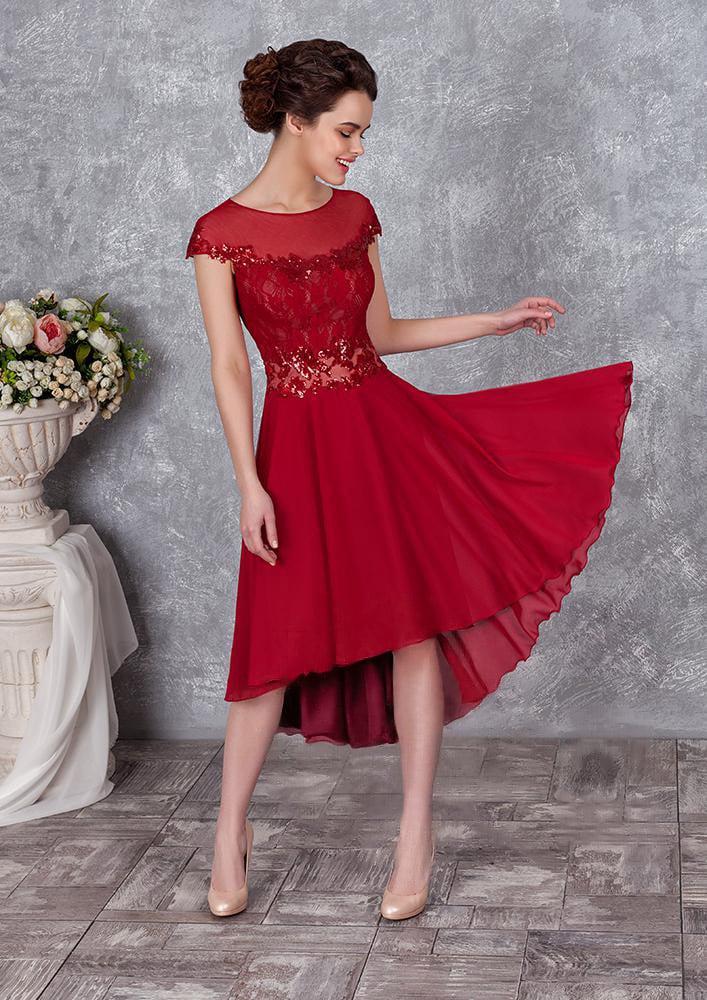 Закрытое вечернее платье с округлым декольте и юбкой до середины икры.