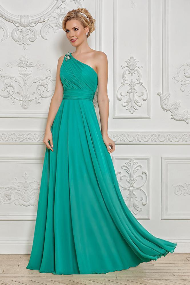 Женственное вечернее платье изумрудного цвета с асимметричным верхом.