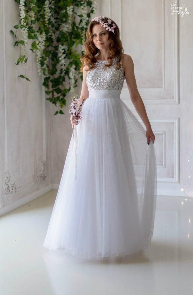 Очаровательное свадебное платье прямого кроя с сияющим декором верха.
