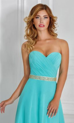Изящное вечернее платье прямого кроя с открытым лифом, украшенным драпировками.