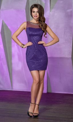 Вечернее платье-футляр с округлым вырезом декольте, оформленным цепочкой.