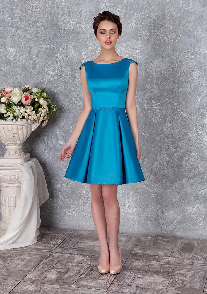 Короткое вечернее платье из глянцевого атласа с изящным округлым вырезом.