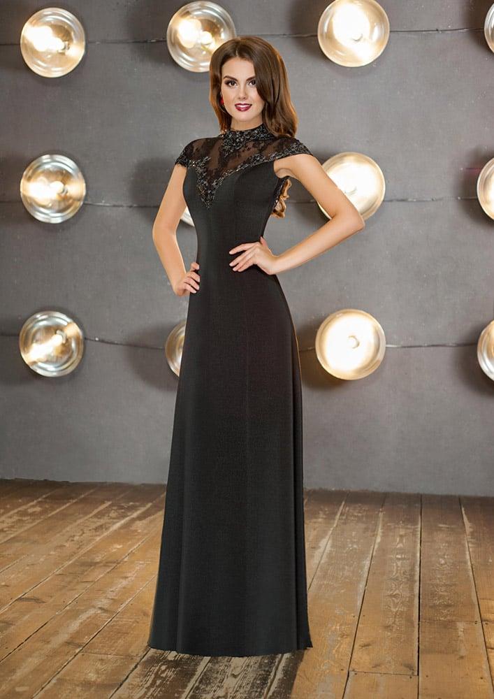 Закрытое вечернее платье черного цвета с оригинальным высоким воротником.