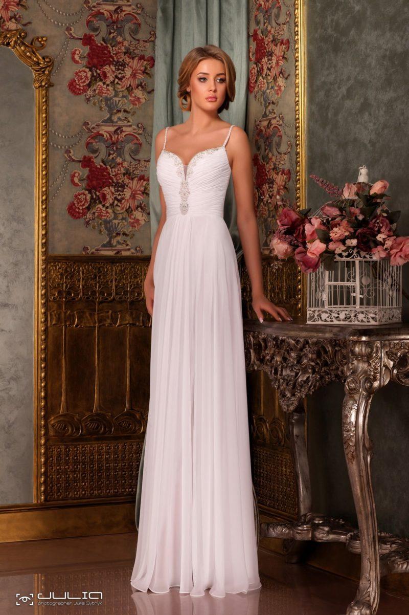 Прямое свадебное платье с лифом в форме сердечка, украшенным бисером.
