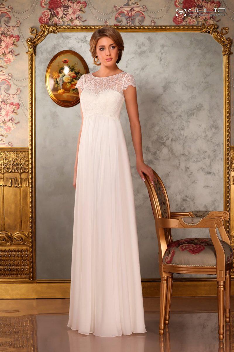 Ампирное свадебное платье с завышенной талией и коротким кружевным рукавом.