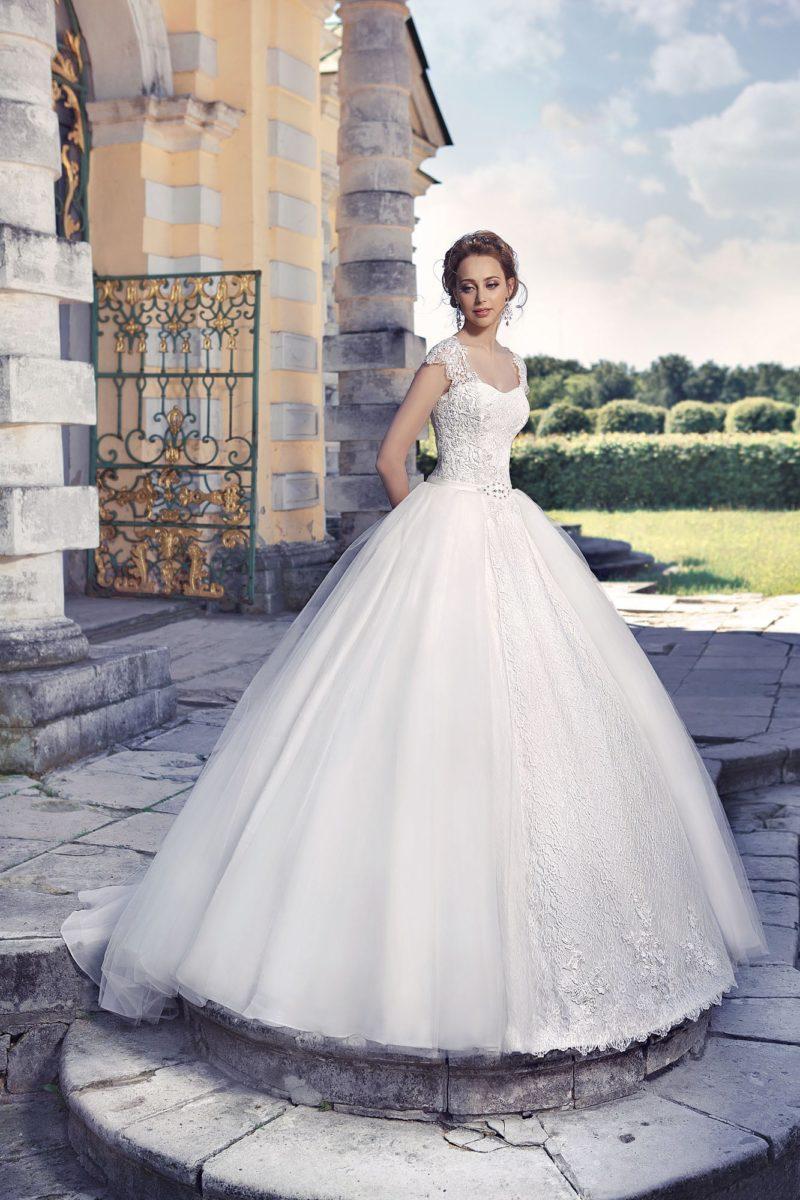 Нежное свадебное платье с пышной юбкой и элегантным кружевным корсетом.