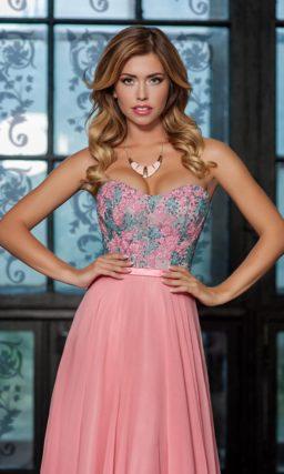 Розовое вечернее платье с лифом в форме сердца и вышивкой по корсету.