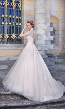 Впечатляющее свадебное платье с кружевной баской и закрытым лифом с воротником-стойкой.