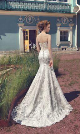 Изысканное свадебное платье с бежевым корсетом с лифом в форме сердца и юбкой «рыбка».
