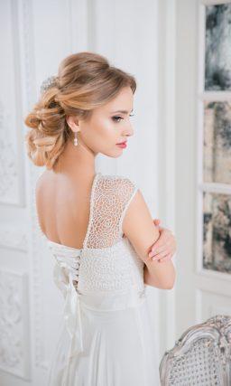 Прямое свадебное платье с открытой спинкой и коротким кружевным рукавом.