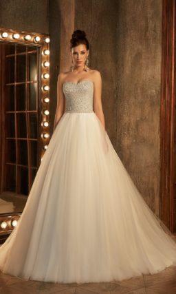 Сияющее свадебное платье с объемным низом и корсетом, полностью покрытым бисером.