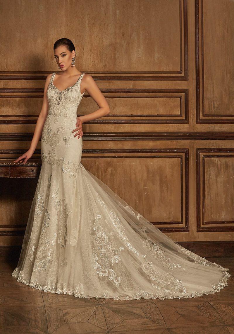 Свадебное платье с многослойной юбкой «русалка» и соблазнительным лифом с узкими бретелями.
