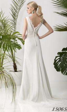 Прямое свадебное платье с вырезом на спинке и кружевной отделкой по линии талии.