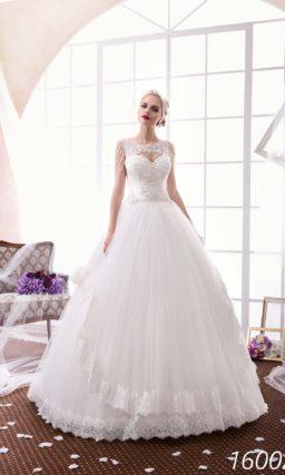 Пышное свадебное платье с многоярусной юбкой, украшенной кружевом, и фактурным верхом.