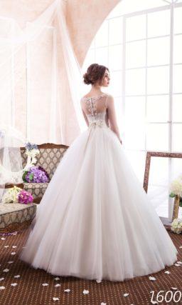 Пышное свадебное платье с вышивкой на корсете и длинными прозрачными рукавами.