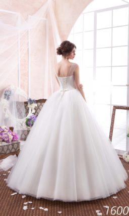 Великолепное свадебное платье с многослойной юбкой и глубоким вырезом на корсете, украшенным бисером.
