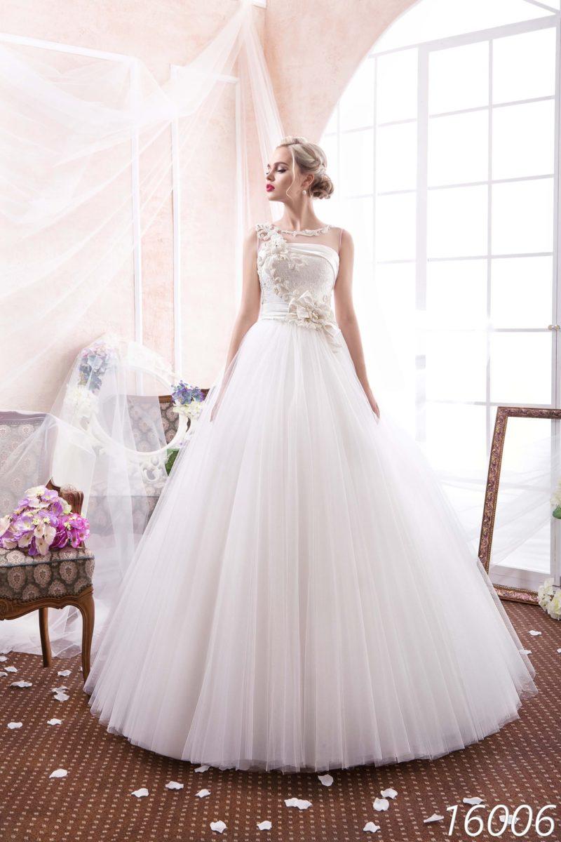 Пышное свадебное платье с атласной отделкой прямой линии декольте и объемным декором корсета.