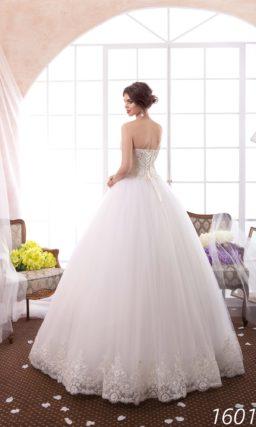 Традиционное свадебное платье с объемной юбкой и плотным слоем вышивки на лифе.