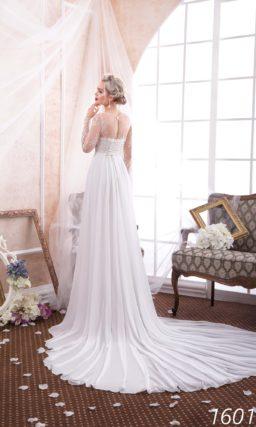 Ампирное свадебное платье с длинным шлейфом и облегающими кружевными рукавами.