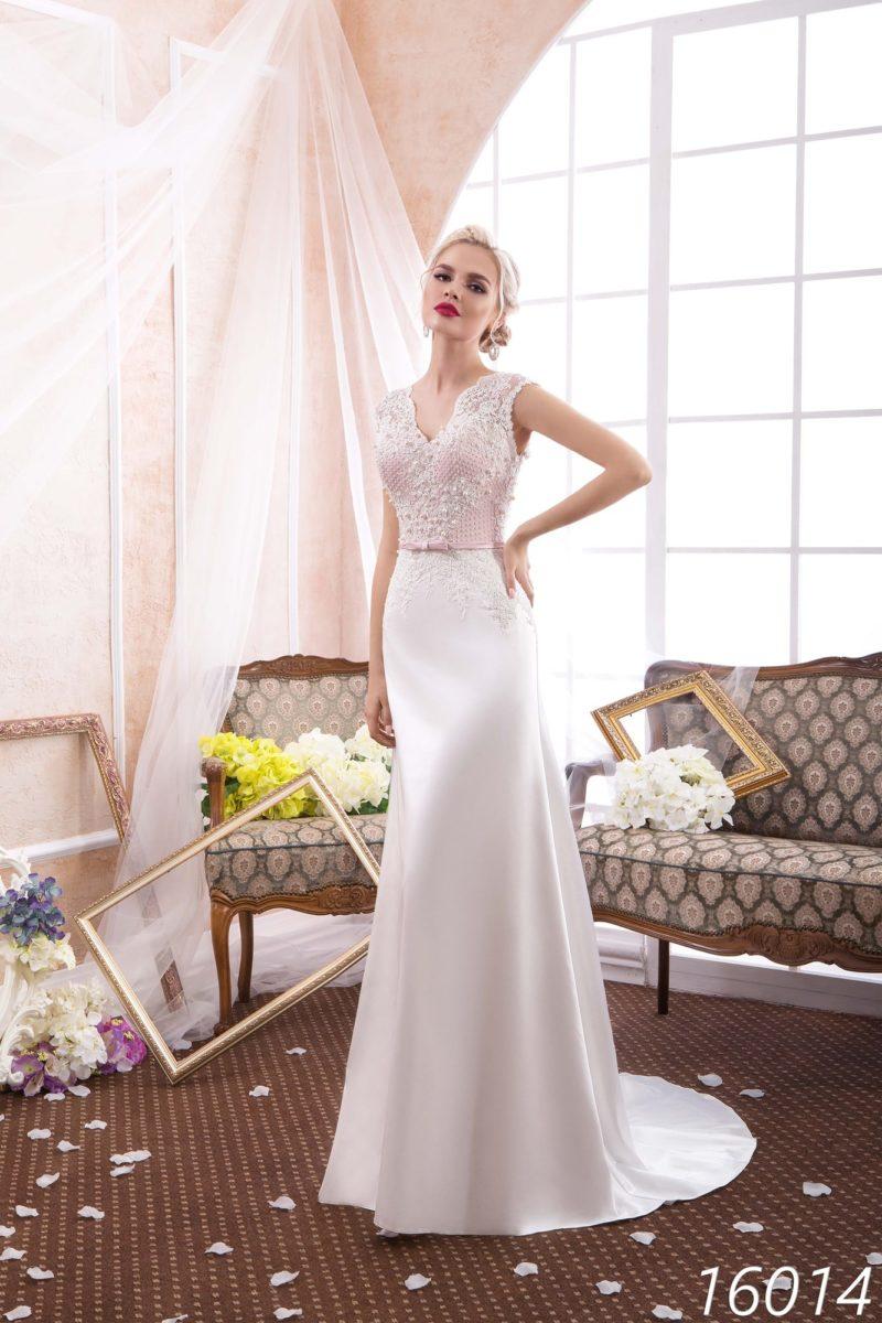 Атласное свадебное платье прямого кроя с открытой спинкой и выразительным шлейфом.