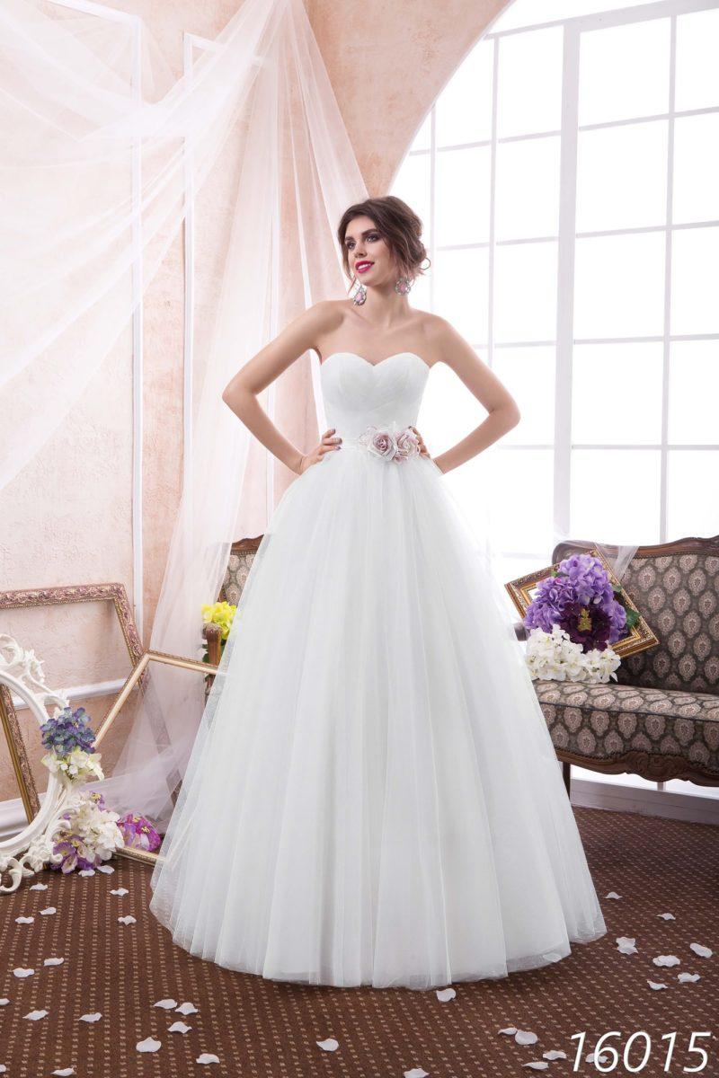 Изысканное свадебное платье пышного кроя с открытым корсетом и цветными бутонами на талии.