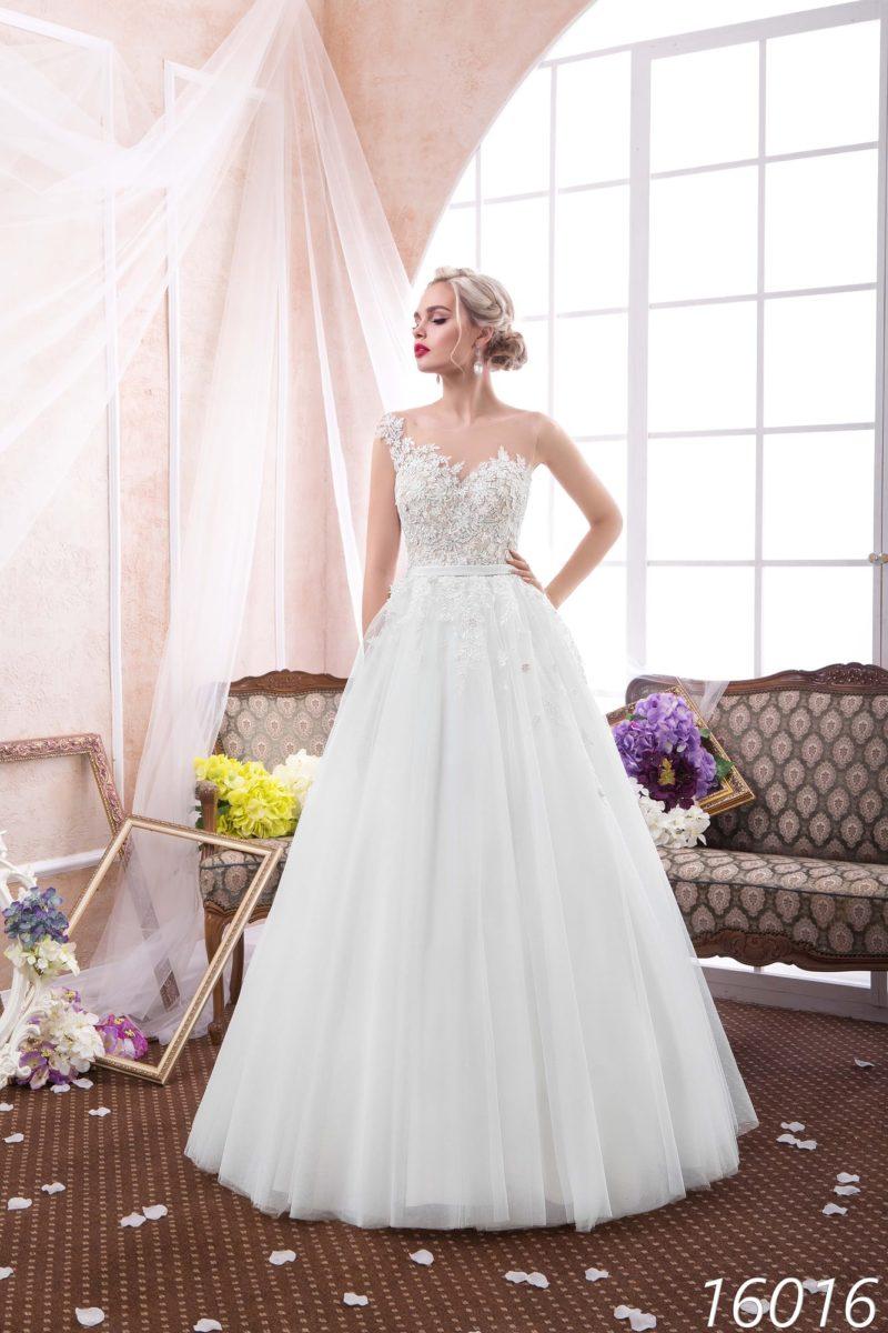 Женственное свадебное платье «принцесса» с открытой спинкой и узким поясом на талии.