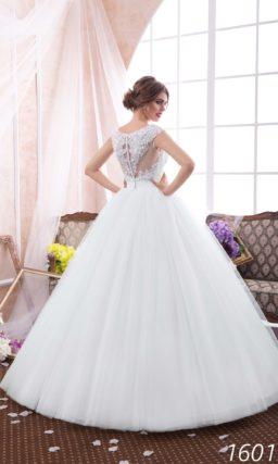 Пышное свадебное платье с кружевной спинкой и стильным декольте лодочкой.