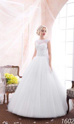 Пышное свадебное платье с закрытым кружевным верхом и круглым вырезом под горло.